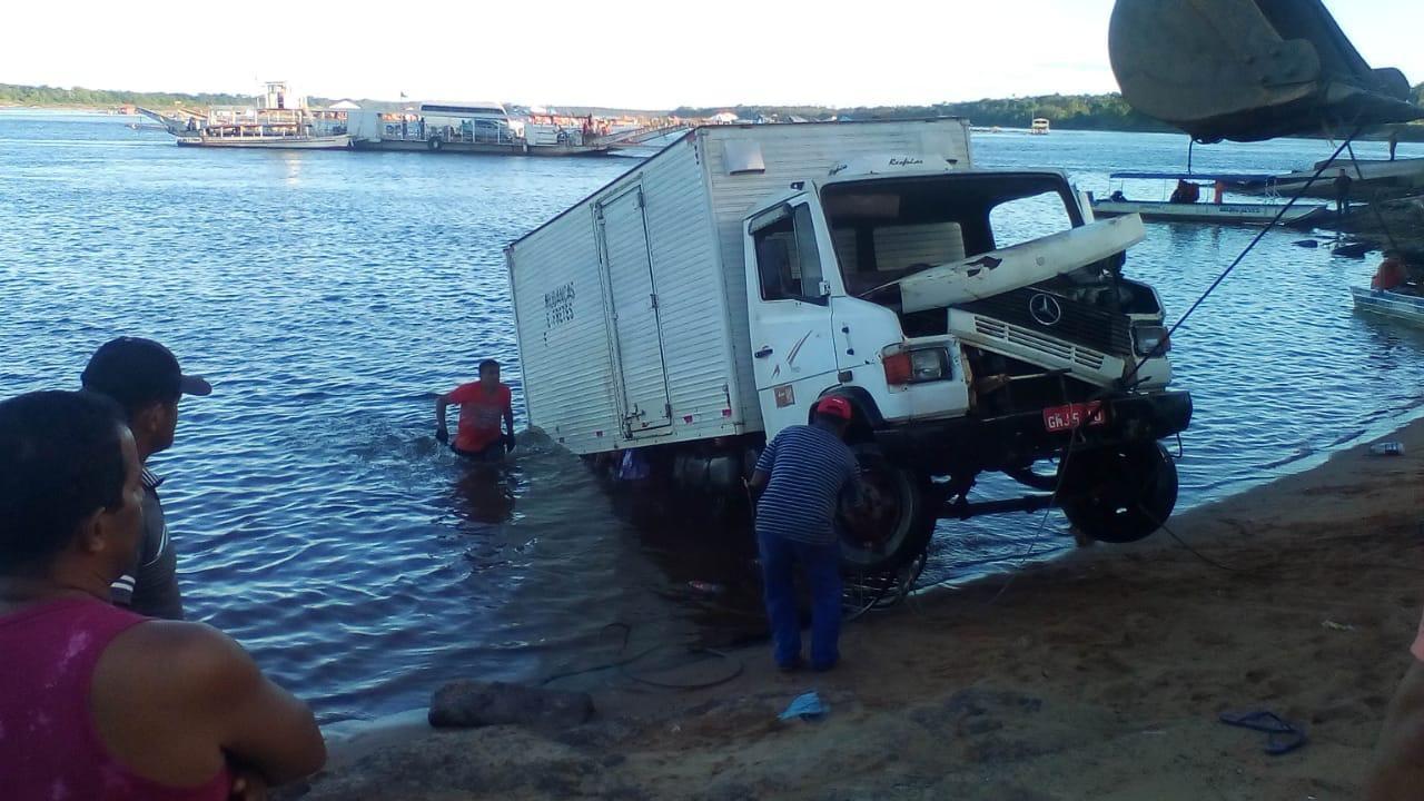Caminhão é retirado após quase 72 horas submerso no rio Tocantins - Notícias - Plantão Diário