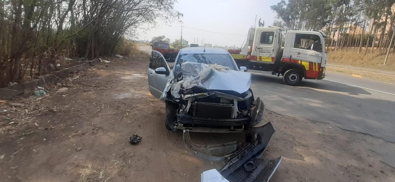 Batida entre carro e kombi deixa duas pessoas feridas na Rodovia Anhanguera, em Campinas