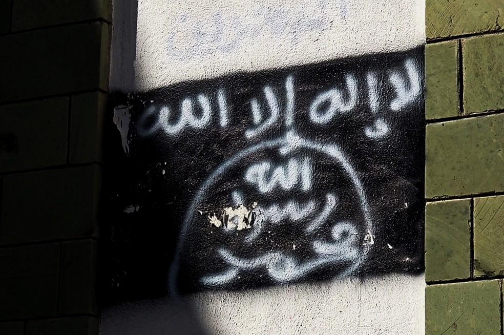 Foto de 2017 mostra grafite com bandeira da Al-Qaeda em muro de escola convertida em centro religioso no Iêmen — Foto: Arquivo/AP Photo