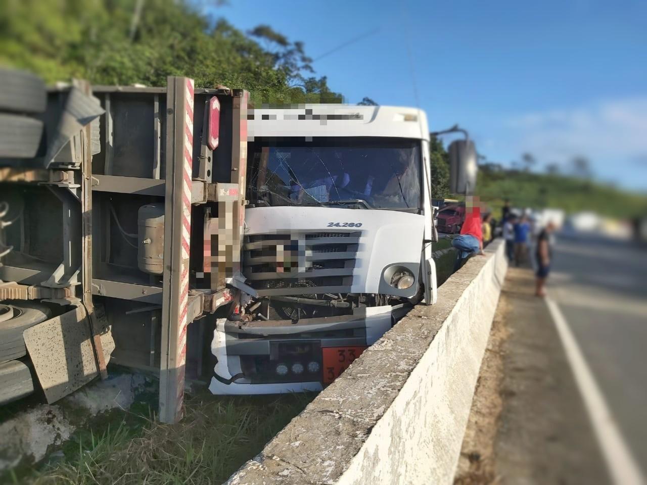 Carreta tomba e colide com caminhão-tanque na BR-101, em Palmares