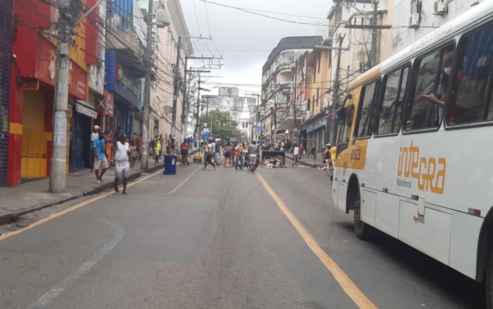 Homem é detido após dar soco em agente durante confusão na entrega de cestas básicas em Salvador