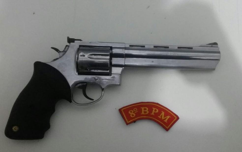 Arma encontrada com o suspeito (Foto: Divulgação/SSP-SE)