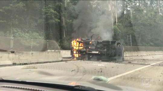 Polícia está em busca de bandidos que atacaram três carros fortes em Paraibuna (SP)