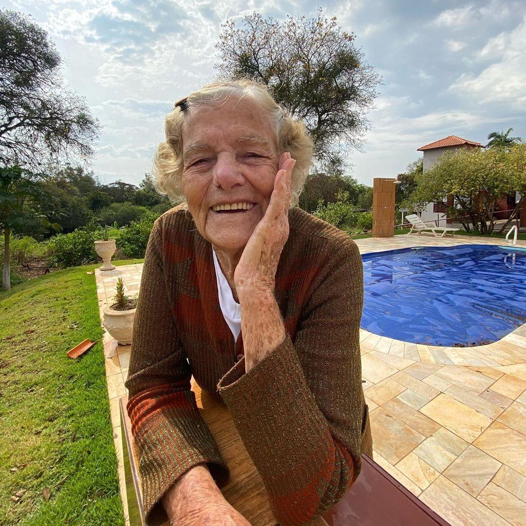 Vó Rosalina 'domina' rede social da neta com funk dublado: 'Nunca pensava em ter tantos netinhos'