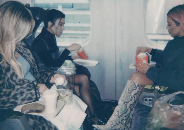 Kim Kardashian e as irmãs Kourtney e Khloe curtem fast food em um trem (Foto: Reprodução/Instagram)