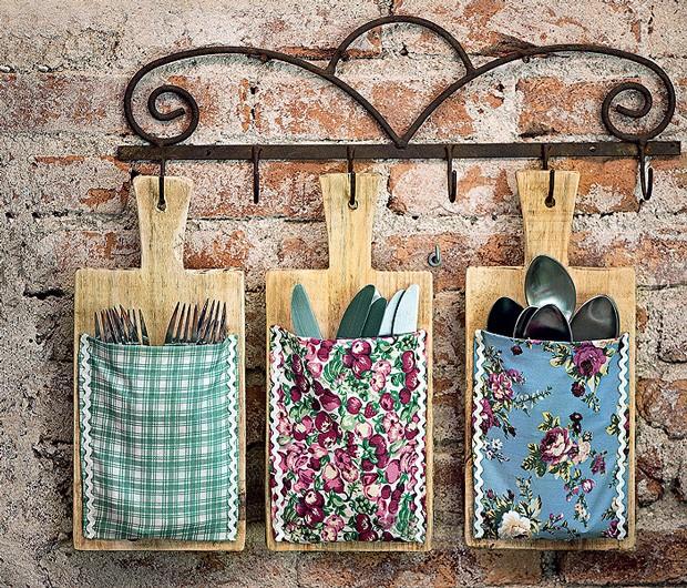 Com um grampeador, prenda tecidos estampados e coloridos em tábuas de madeira, transformando-as em lindos porta-talheres. (Foto: Iara Venanzi / Editora Globo)