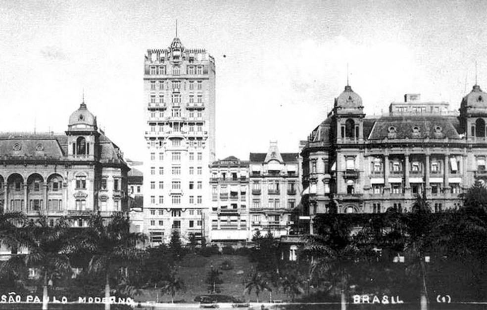 Skyline de São Paulo a partir de 1924, quando o Edifício Sampaio Moreira, ao centro, foi inaugurado — Foto: Reprodução/Cartão Postal