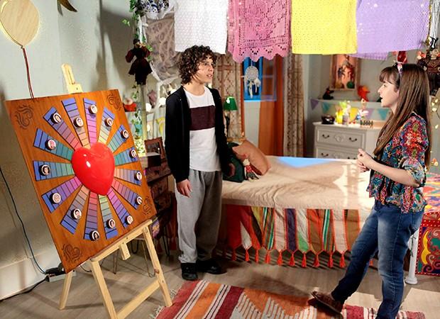 João (Igor Jansen) pede para Poliana (Sophia Valverde) voltar a jogar o jogo do contente (Foto: Lourival Ribeiro, Gabriel Cardoso/ SBT)
