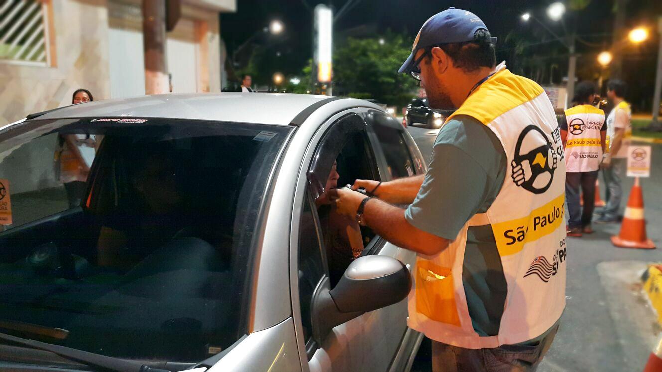 Motoristas embriagados são flagrados durante blitz da Lei Seca em Santos, SP
