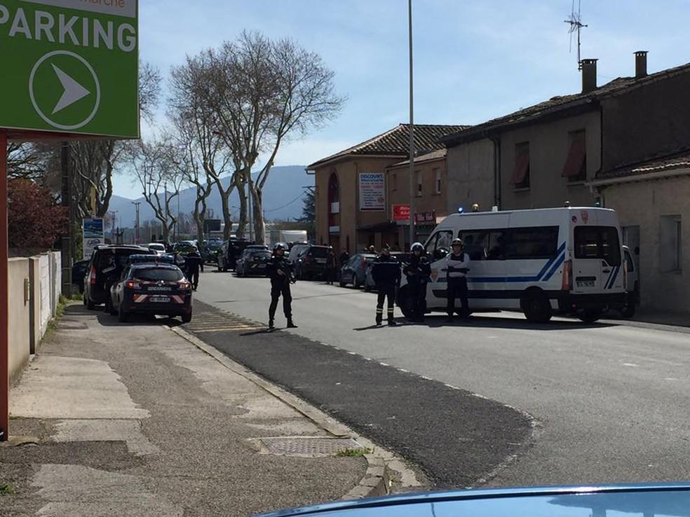 """Policiais cercam área de supermercado onde homem armado tomou reféns em Trèbes, no sul da França (Foto: Reuters/""""La Vie a Trèbes"""")"""