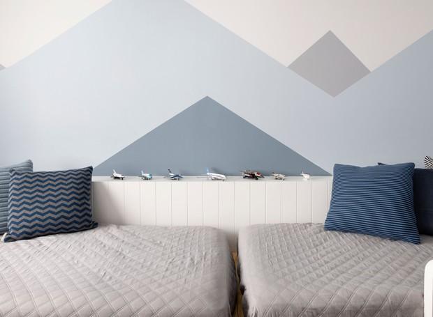 No quarto do filho mais velho foram instaladas duas camas para os dois ficarem juntos futuramente. Além disso, o lambri serve para guardar os carrinhos dos meninos (Foto: Julia Ribeiro/Divulgação)