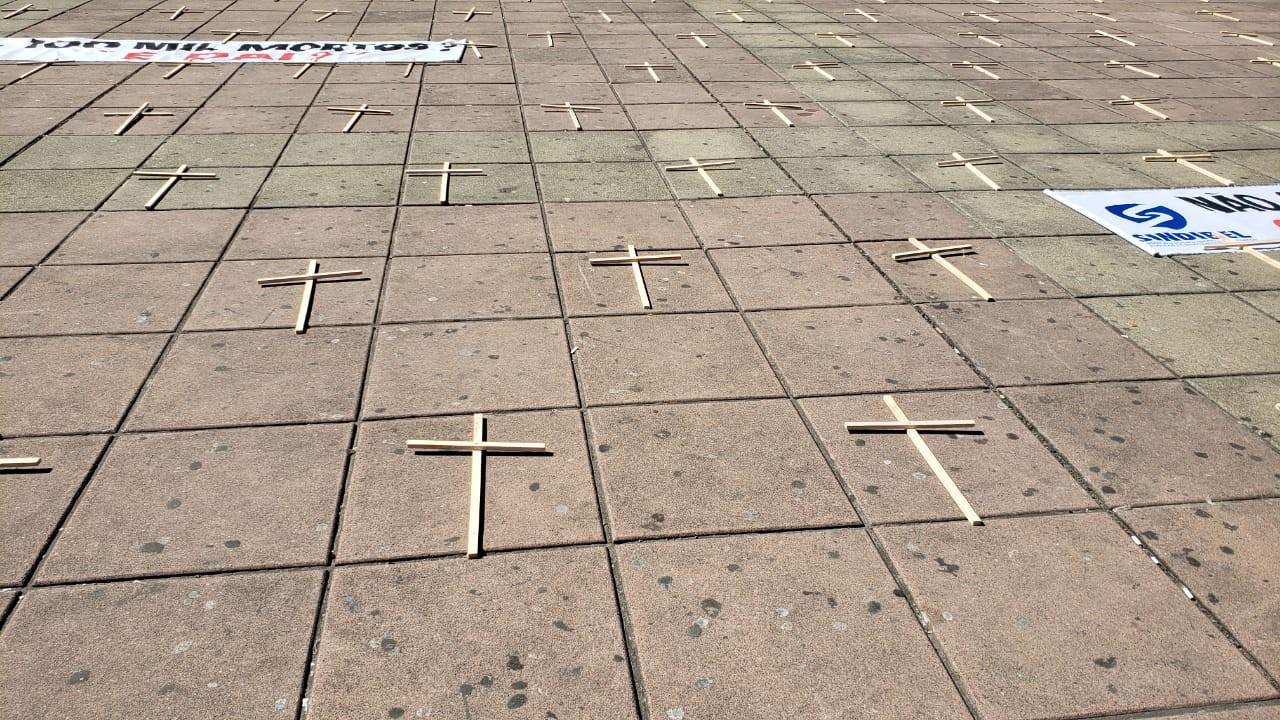 Ato com mil cruzes homenageia vítimas da Covid-19 em BH