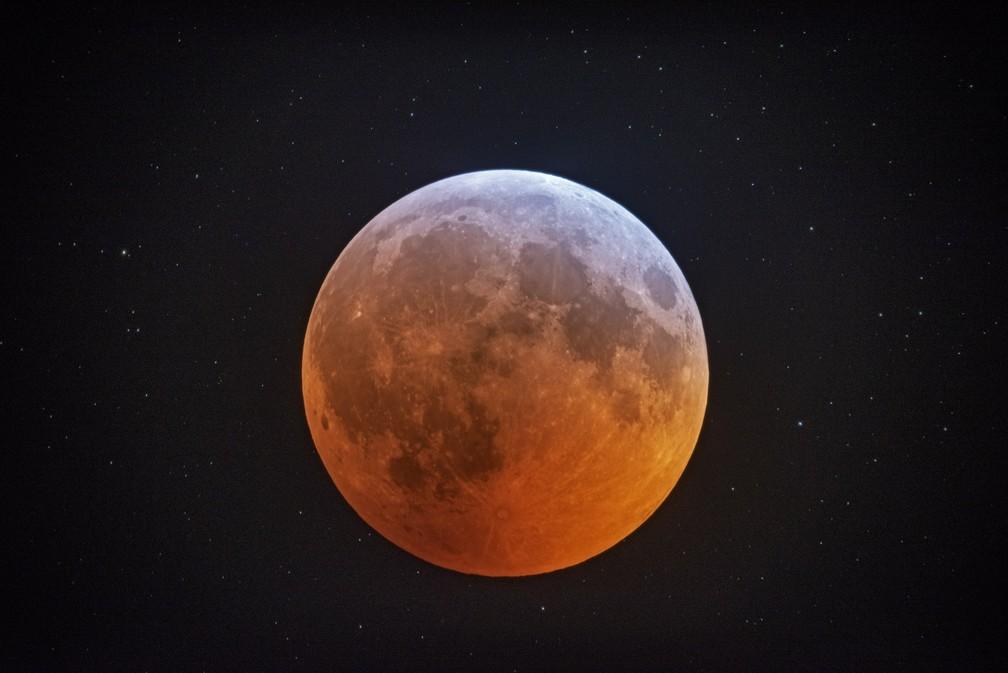 O eclipse lunar observado da Carolina do Norte, EUA. — Foto: Johnny Horne/AP