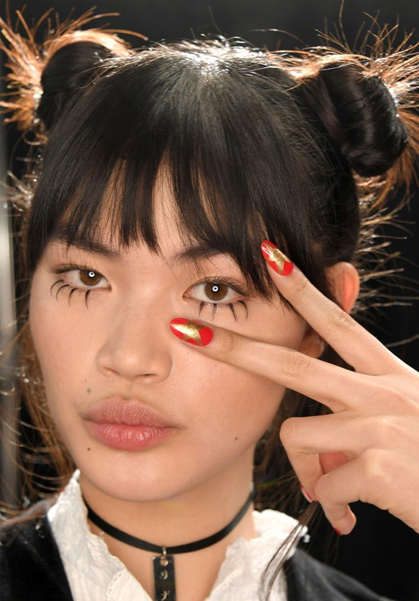Que tal as unhas dessa modelo no backstage do desfile do Jeremy Scott inverno 2017? (Foto: Getty Images)