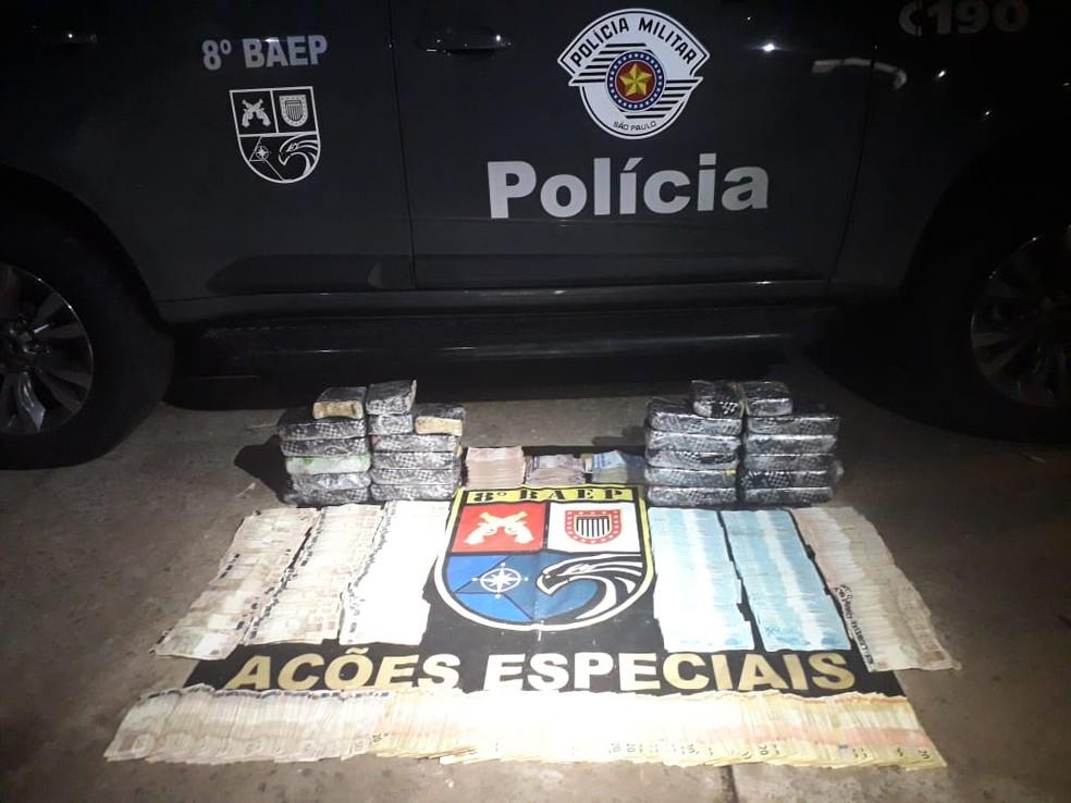 Droga e dinheiro foram apreendidos pela PM — Foto: Polícia Militar