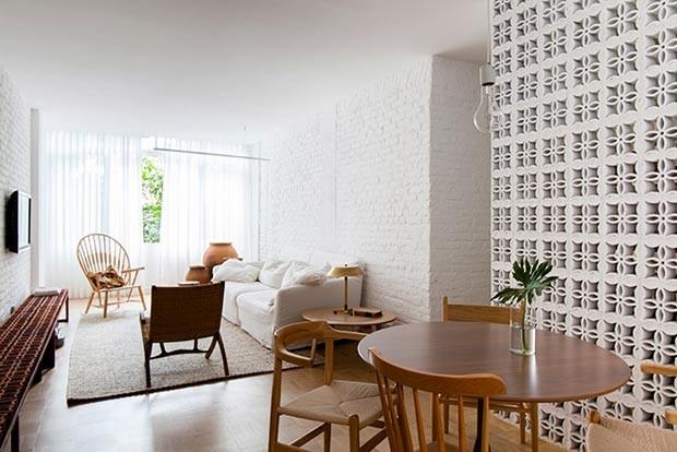 sala-cobogo-mesa-cadeiras-sofa-neutro-tijolos-aparentes (Foto: Djan Chu/Divulgação)