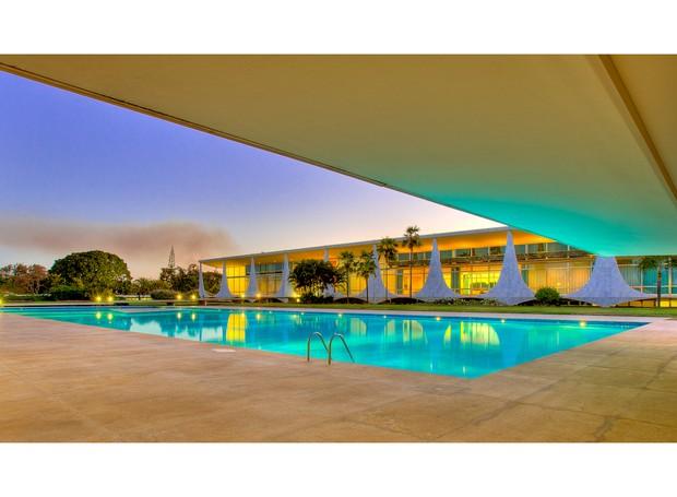 A piscina de 18 x 50 m foi construída no jardim interno do palácio. Faz parte do conjunto uma pérgola com bar e churrasqueira (Foto: Ichiro Guerra/Reprodução)