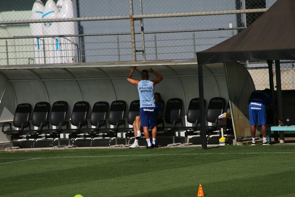 Renato Gaúcho conversa com Maicon — Foto: Tomás Hammes/GloboEsporte.com