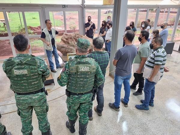 Servidores da Prefeitura e policiais ambientais são capacitados para identificar fósseis de dinossauros em obras em Uberaba