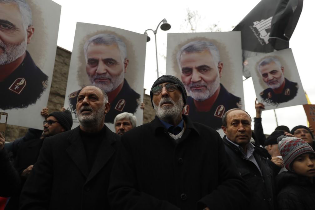 Manifestantes foram protestar em frente ao consulado americano em Istambul, na Turquia, neste domingo (5), contra a morte de Soleimani, causada por um ataque aéreo dos Estados Unidos. — Foto: Lefteris Pitarakis/AP