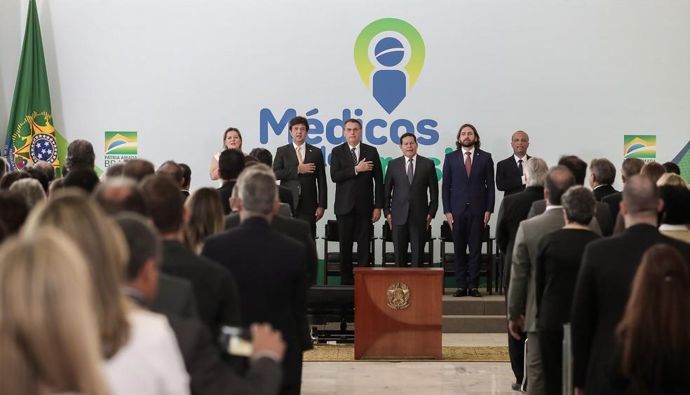 O presidente Jair Bolsonaro e o ministro da Saúde, Luiz Henrique Mandetta, durante cerimônia de lançamento do Programa Médicos pelo Brasil — Foto: Marcos Corrêa/ Presidência da República