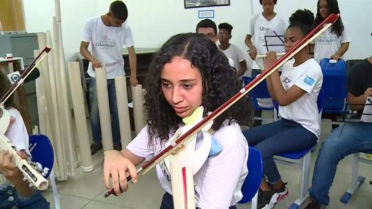 Alunos de escola municipal do Rio utilizam materiais recicláveis para fazer instrumentos