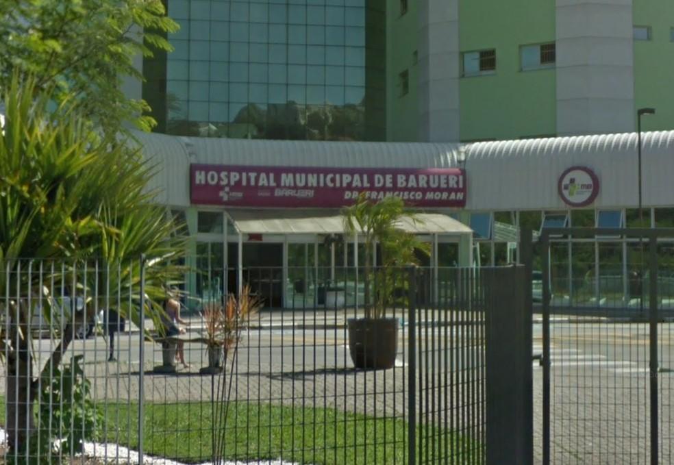 Morador de rua em estado grave foi levado ao Hospital Municipal de Barueri  — Foto: Reprodução/Google