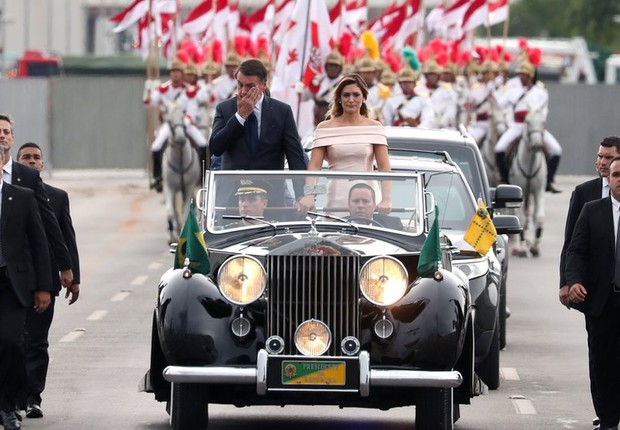 Jair Bolsonaro e Michelle Bolsonaro no Rolls-Royce presidencial na cerimônia de posse (Foto: Reuters via BBC)