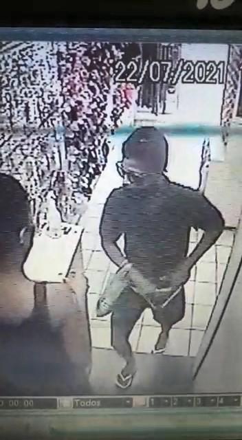 Vídeo mostra criminoso invadindo loja, rendendo funcionária e roubando mercadorias no ES