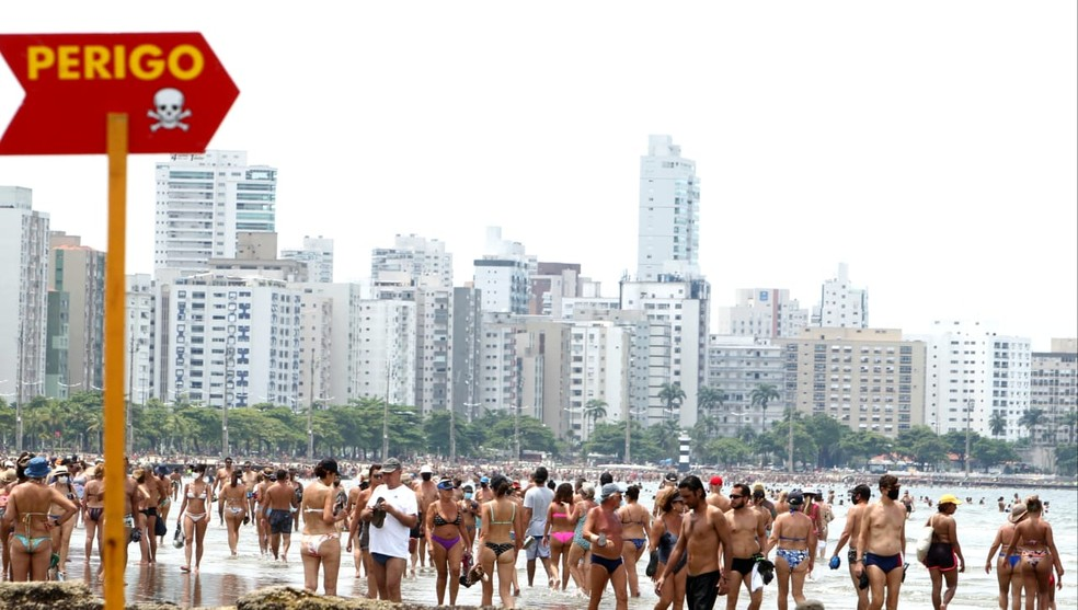 Banhistas ignoram medidas preventivas à Covid-19 e fase vermelha do Plano SP e vão às praias de Santos, SP — Foto: Carlos Nogueira/Jornal A Tribuna