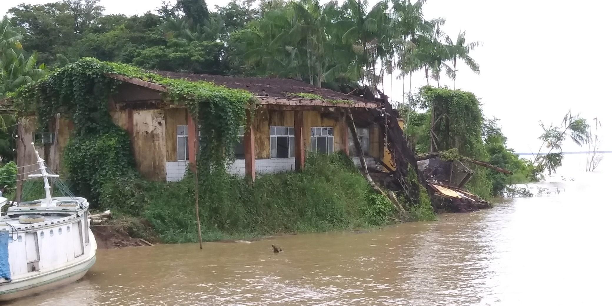 No AP, prédio de fábrica sem uso é destruído pela erosão revolta moradores de comunidade isolada