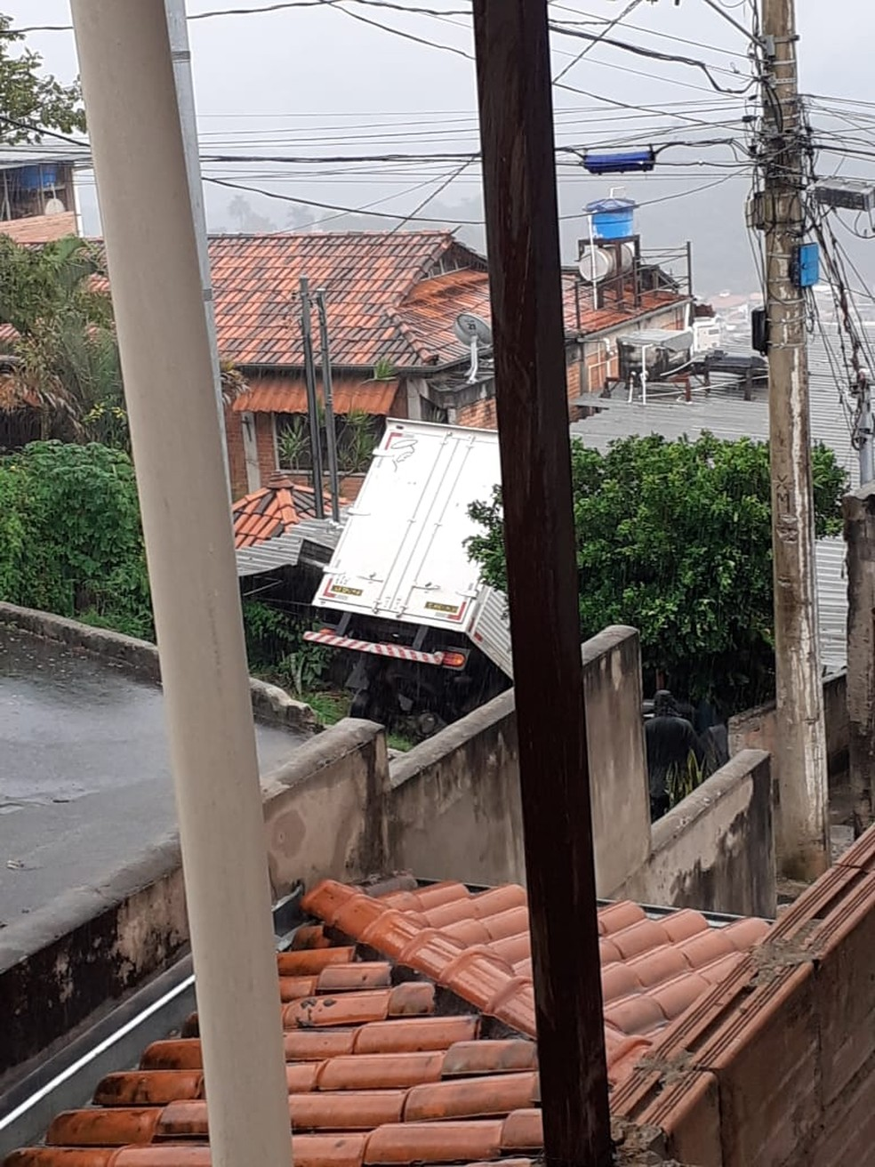 Caminhão cai em cima de casa, em Nova Lima, na Grande BH.  — Foto: Guarda Municipal de Nova Lima / Divulgação