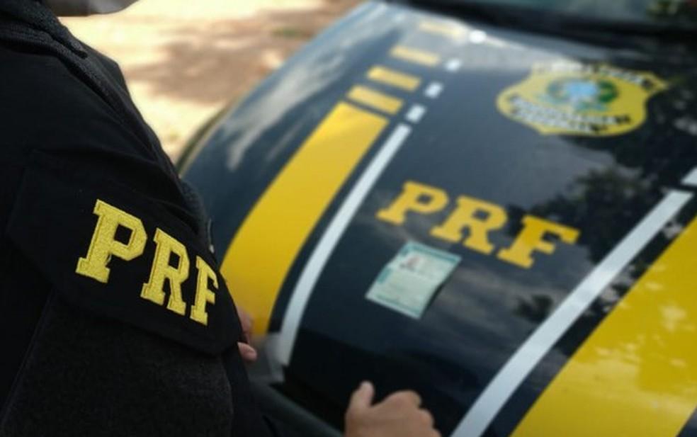 Homem é preso em Vitória da Conquista suspeito de aplicar golpes em mulheres. Ele estava com uma Carteira Nacional de Habilitação (CNH) falsa no momento da prisão. — Foto: Divulgação / Polícia Rodoviária Federal (PRF)