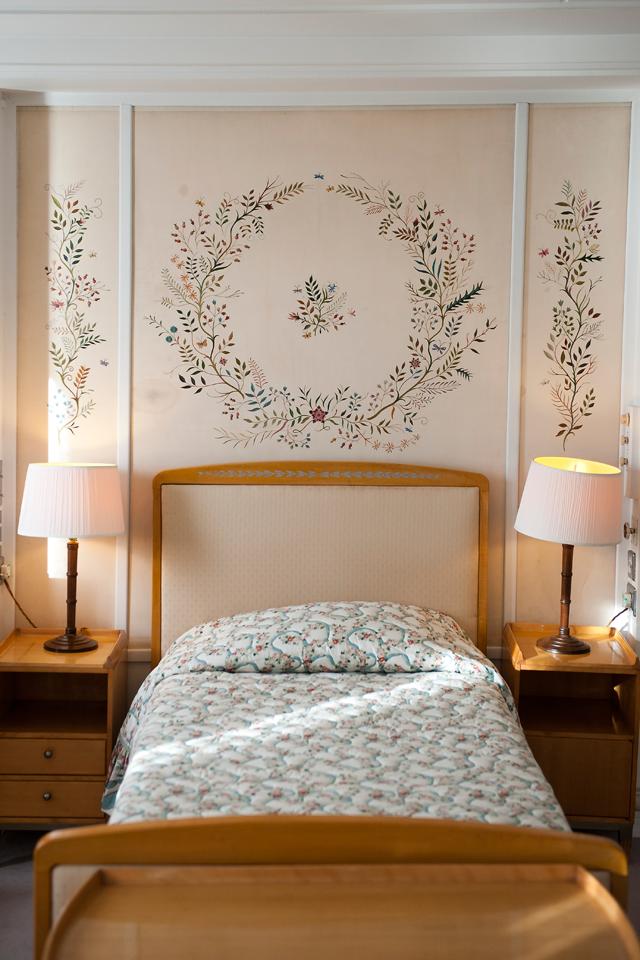Nada de queen size: a cama da rainha é simples e cabe apenas ela  (Foto: Divulgação)