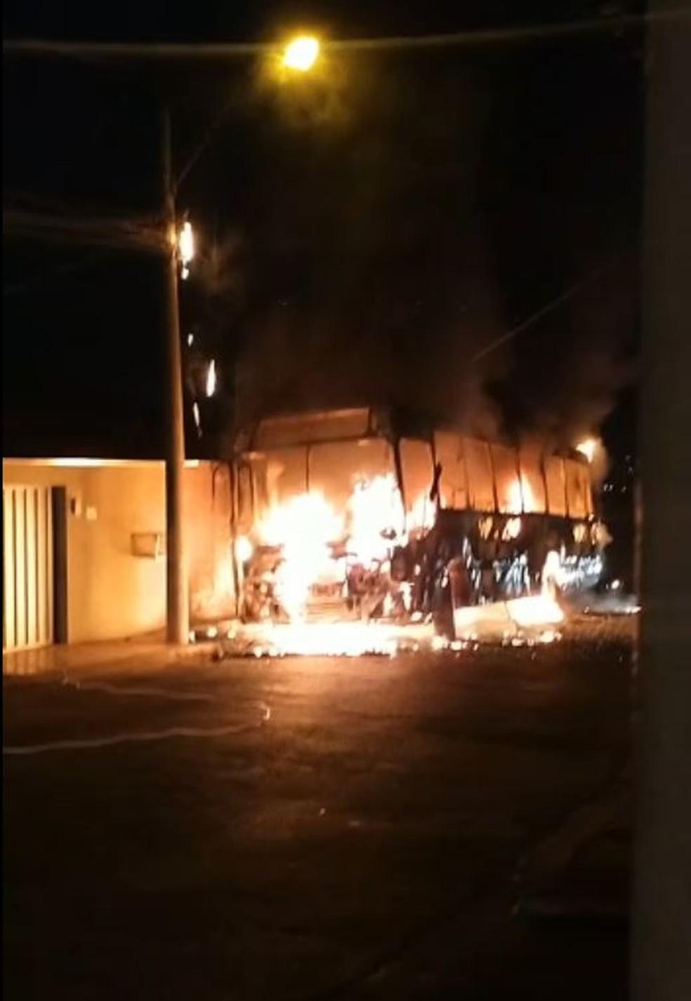 Veículo foi tomado pelas chamas no bairro Canadá, em Sete Lagoas — Foto: Redes Sociais
