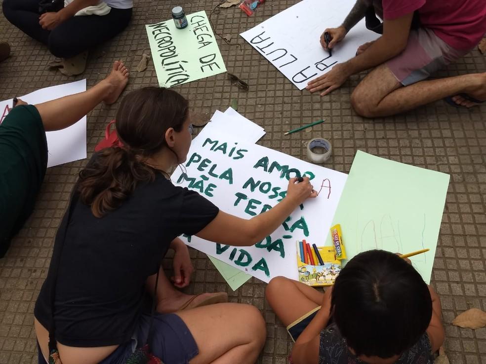 Grupo produziu cartazes durante ato a favor da Amazônia — Foto: Aline Nascimento/G1