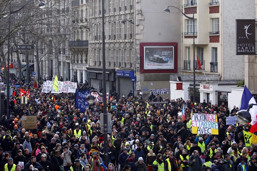 Manifestantes saem às ruas de Paris contra a proposta de reforma da previdência do governo francês — Foto: Christophe Ena/AP