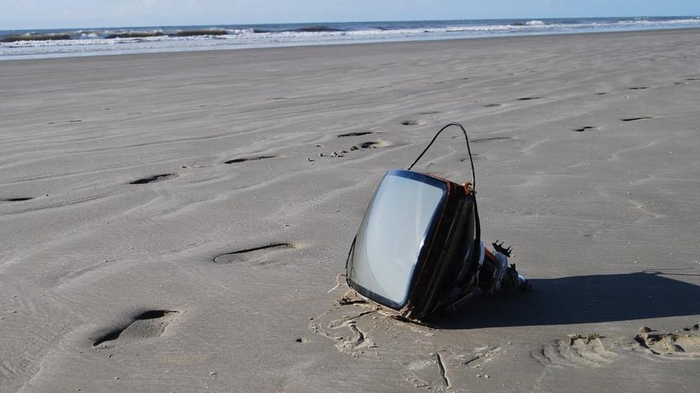 Até TV já foi encontrada nas praias brasileiras (Foto: Divulgação)