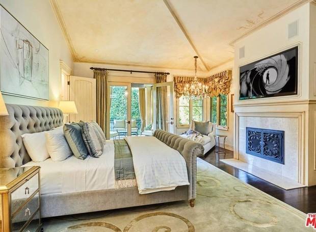 A decoração do quarto principal é clássica (Foto: The MLS/ Reprodução)