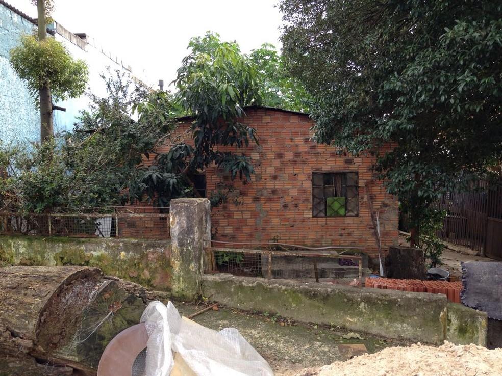 Casa onde aconteceu a chacina na noite de quinta-feira, na Zona Norte de Porto Alegre (Foto: Josmar Leite/RBS TV)