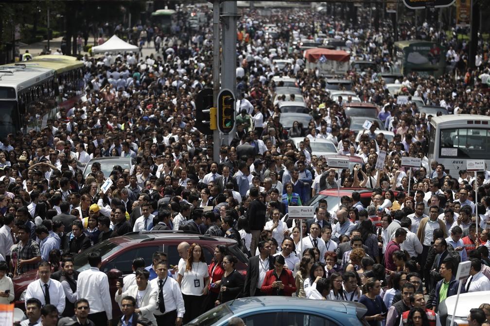Avenida Reforma fica lotada após prédios serem evacuados por causa do tremor que atingiu a Cidade do México  (Foto: Rebecca Blackwell/AP Photo)