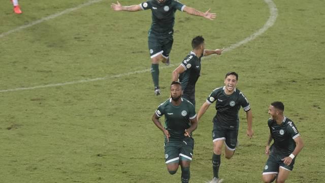 Rafael Vaz comemora o gol da vitória esmeraldina