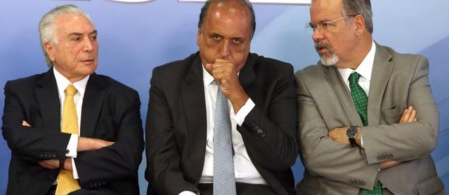 Temer, Pezão e o ministro Jungmann no anúncio da intervenção