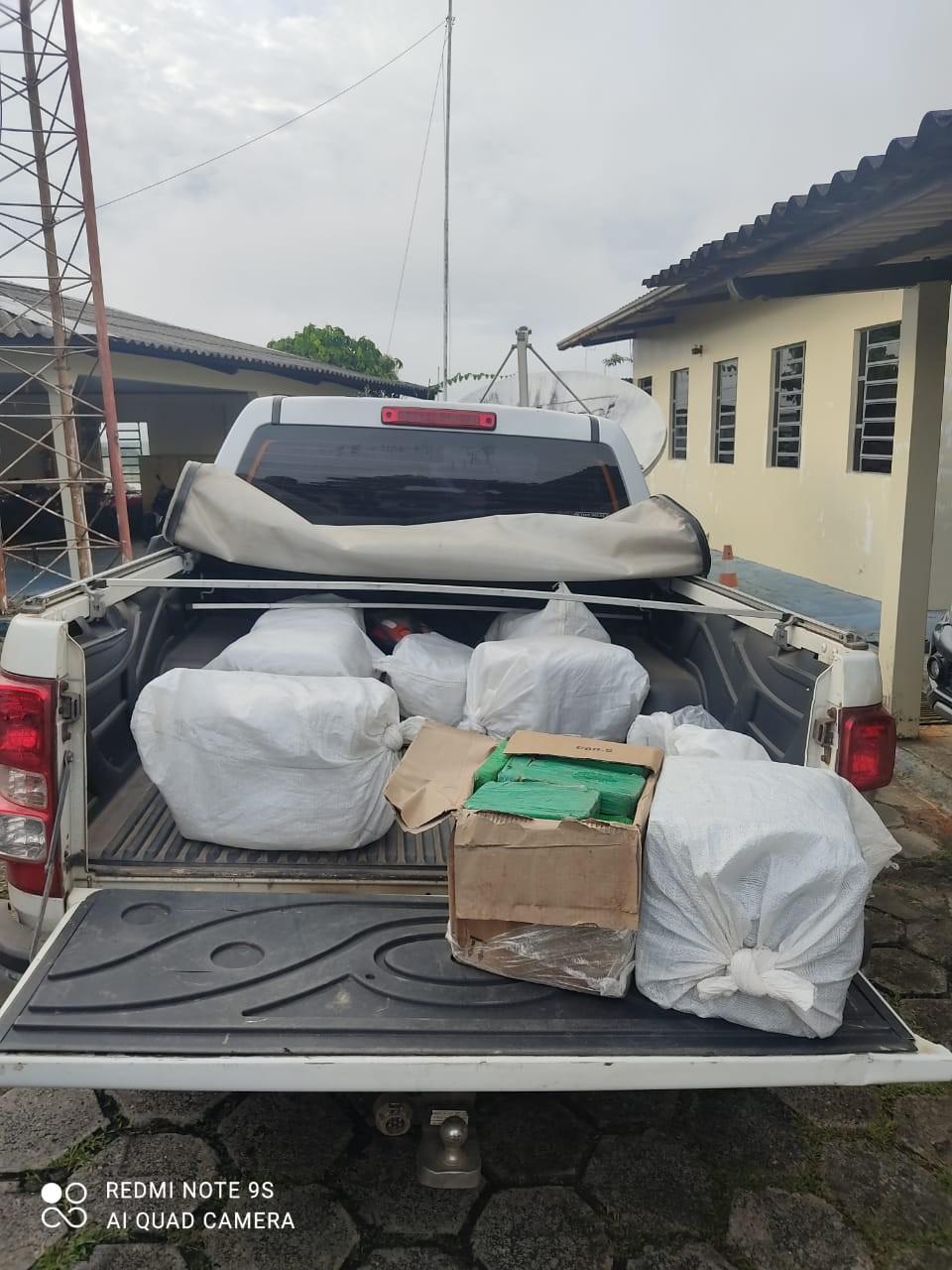 Três são presos com mais de 190 quilos de cocaína escondidos na carroceria de caminhonete em estrada no AC