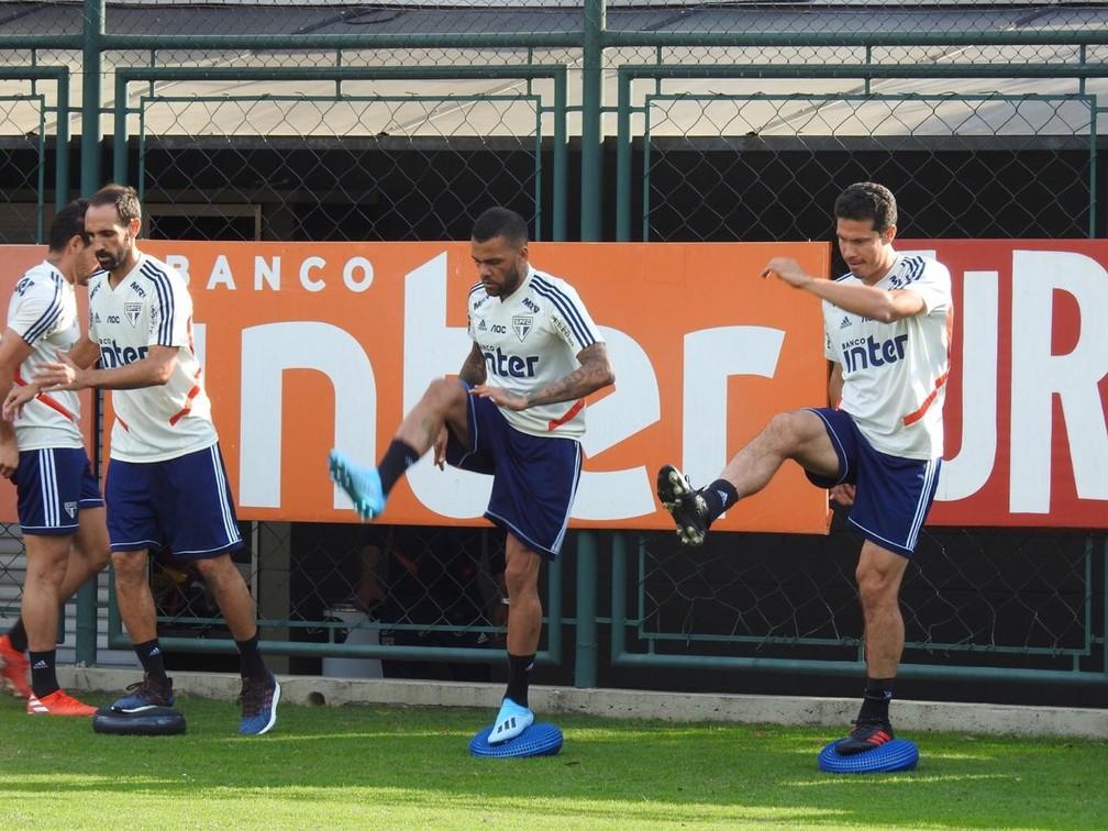 Juanfran, Daniel Alves e Hernanes em treino do São Paulo — Foto: Eduardo Rodrigues