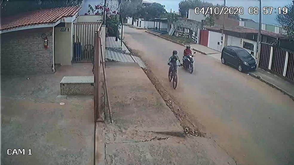 Vídeo flagrou suspeito perseguindo mulher de moto em Guriri, São Mateus, no ES — Foto: Divulgação/ Polícia Civil