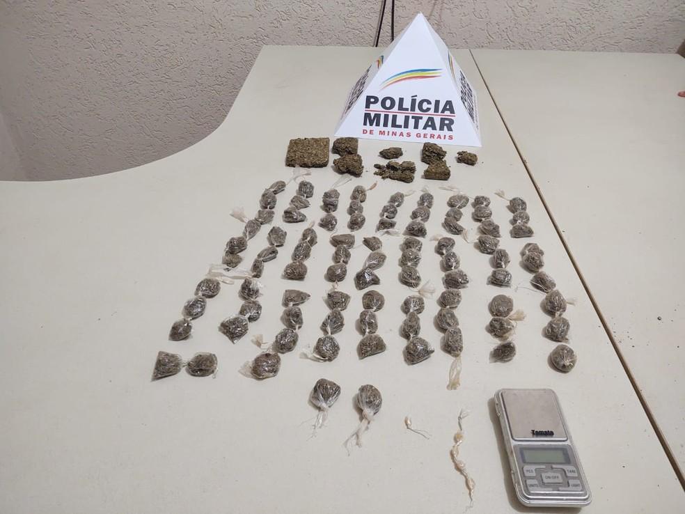 Drogas apreendidas na casa do homem que ficou ferido em Campos Altos — Foto: Polícia Militar/ Divulgação