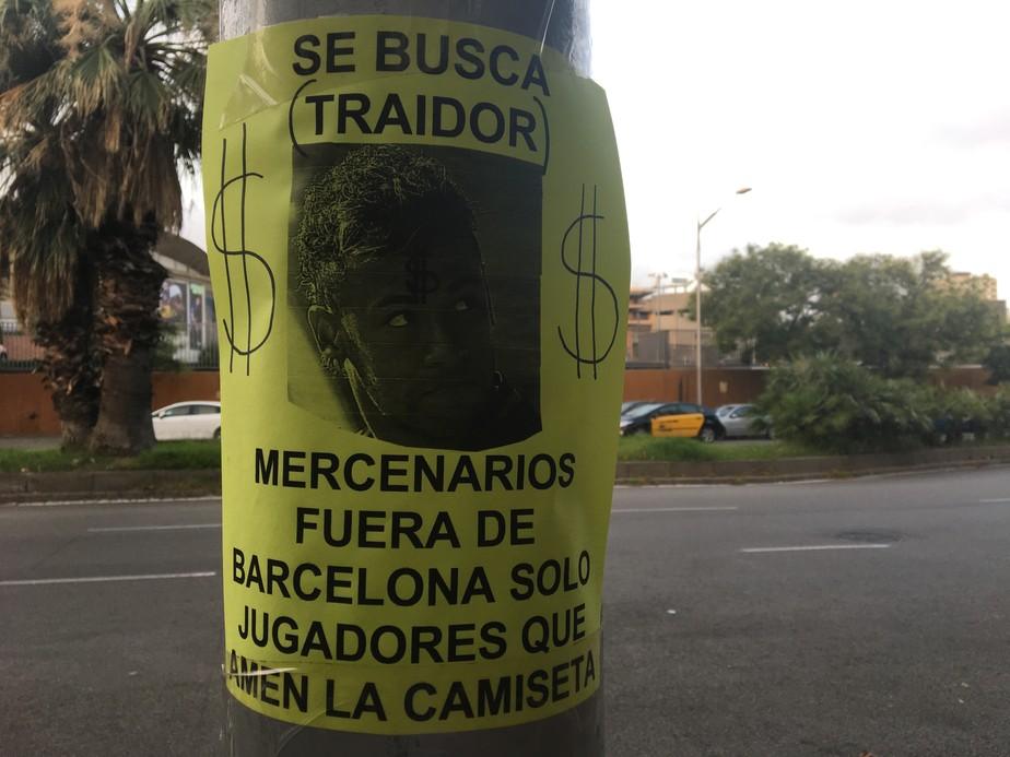 Cartaz perto do Camp Nou critica Neymar por possível saída do Barça