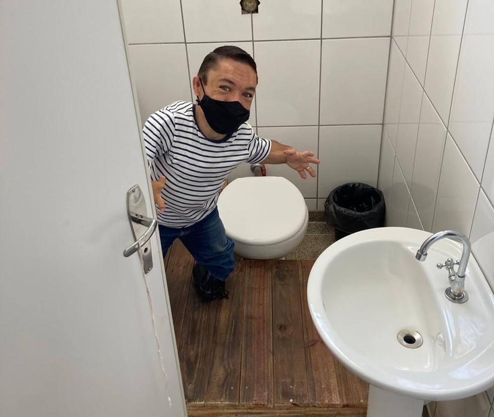 Banheiro do trabalho foi adaptado para prevenção ao vírus — Foto: Arquivo pessoal