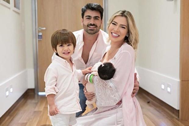 Rodrigão e Adriana SantAnna com Linda e Rodrigo (Foto: Reprodução / Instagram)